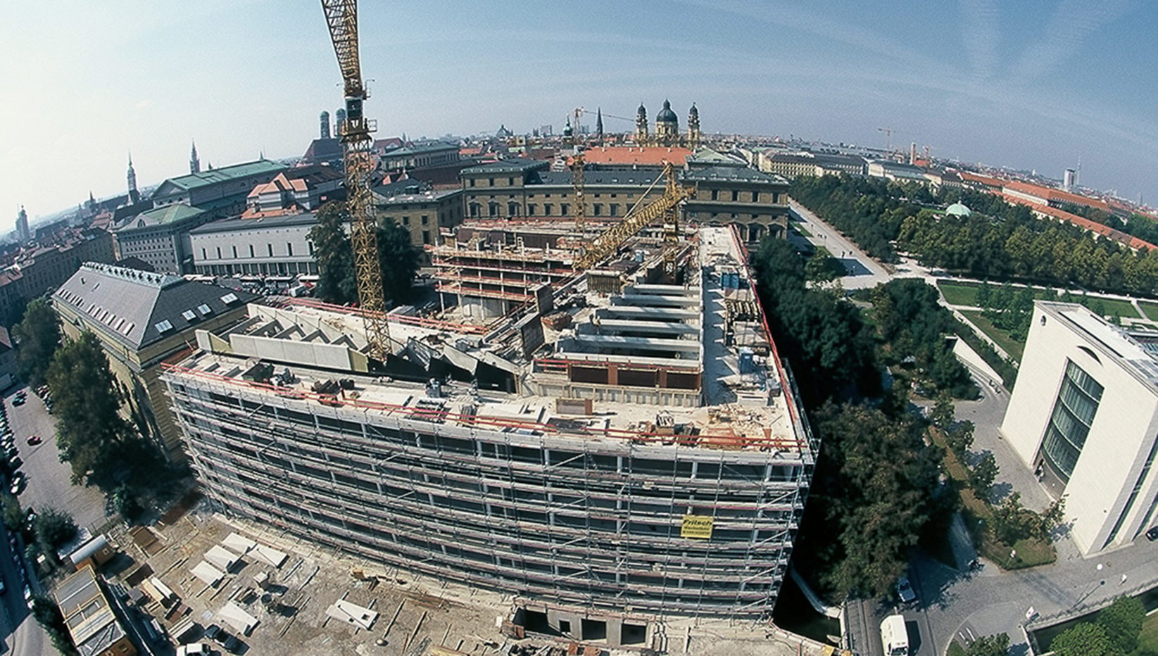 Luftaufnahme auf das Gebäude der Generalverwaltung der Max-Planck-Gesellschaft vor Fertigstellung des Rohbaus. Zu sehen ist die Montage der Sheddach-Fertigteilträger.