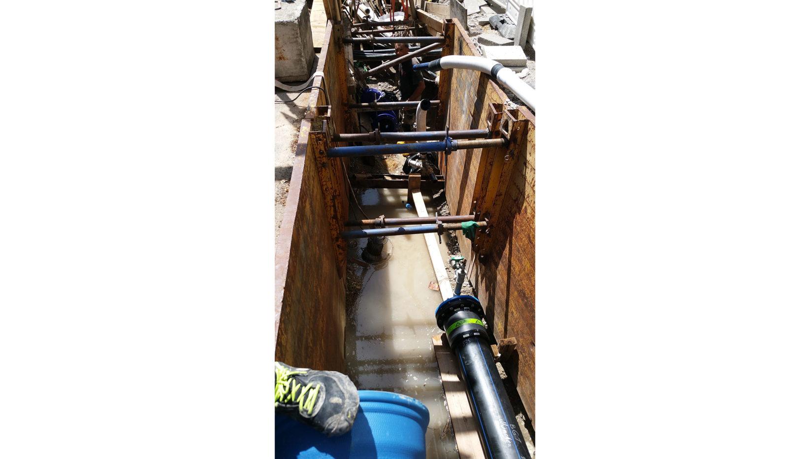 Die Aufnahme zeigt den Blick in eine der 20 Baugruben für die Wasserleitungen, die von Brunner + Co für dieses Großprojekt hergestellt wurden.