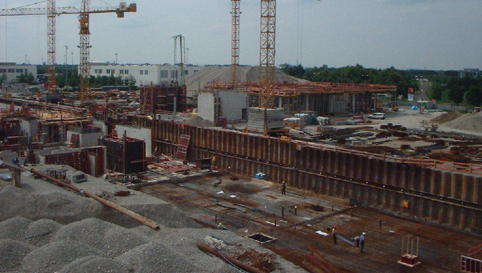 Bild aufgenommen auf dem Dach des Verbindungsbauwerks der Messehallen Riem und Blick auf die Baukräne der Brunner + Co Beugesellschaft mbH.