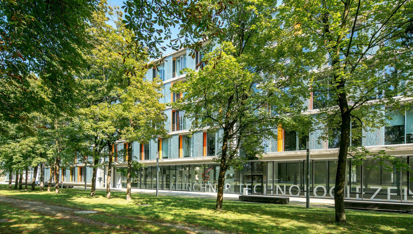 Aufnahme des Gebäudes für das Technologiezentrum nach Fertigstellung der Rohbauarbeiten durch Brunner + Co von der Schwimmbadwiese aus.