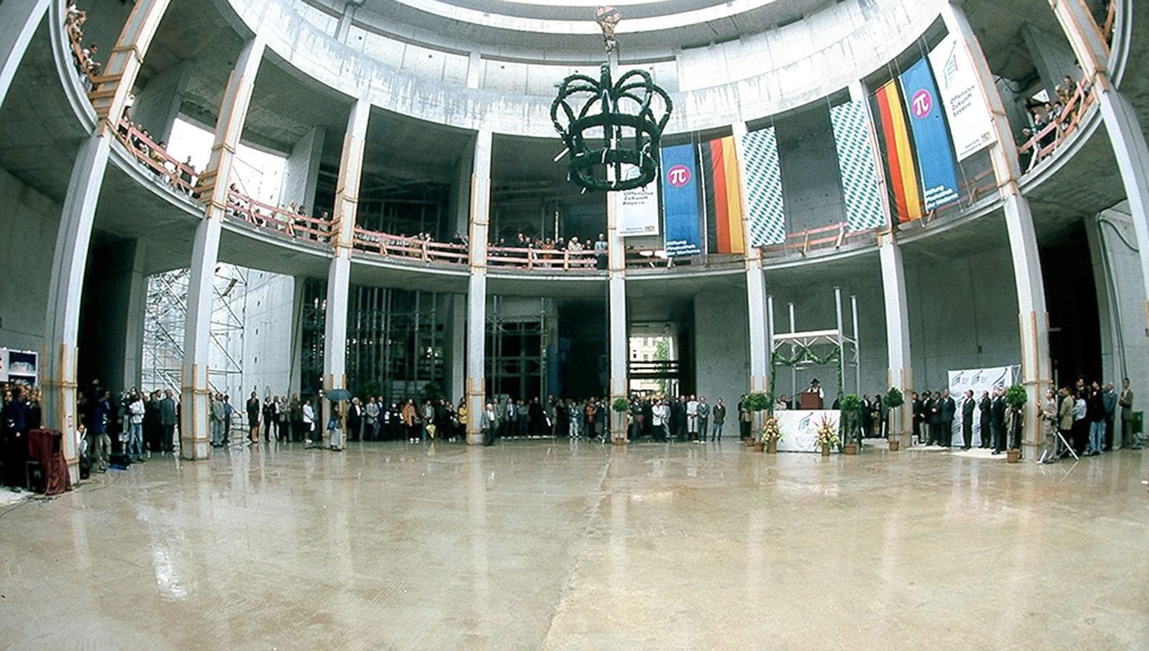 Aufnahme des Richtfests nach Abschluss der Rohbauarbeiten an der Pinakothek der Moderne. Innenaufnahme der Kuppelhalle mit festlicher Richtfestdekoration.