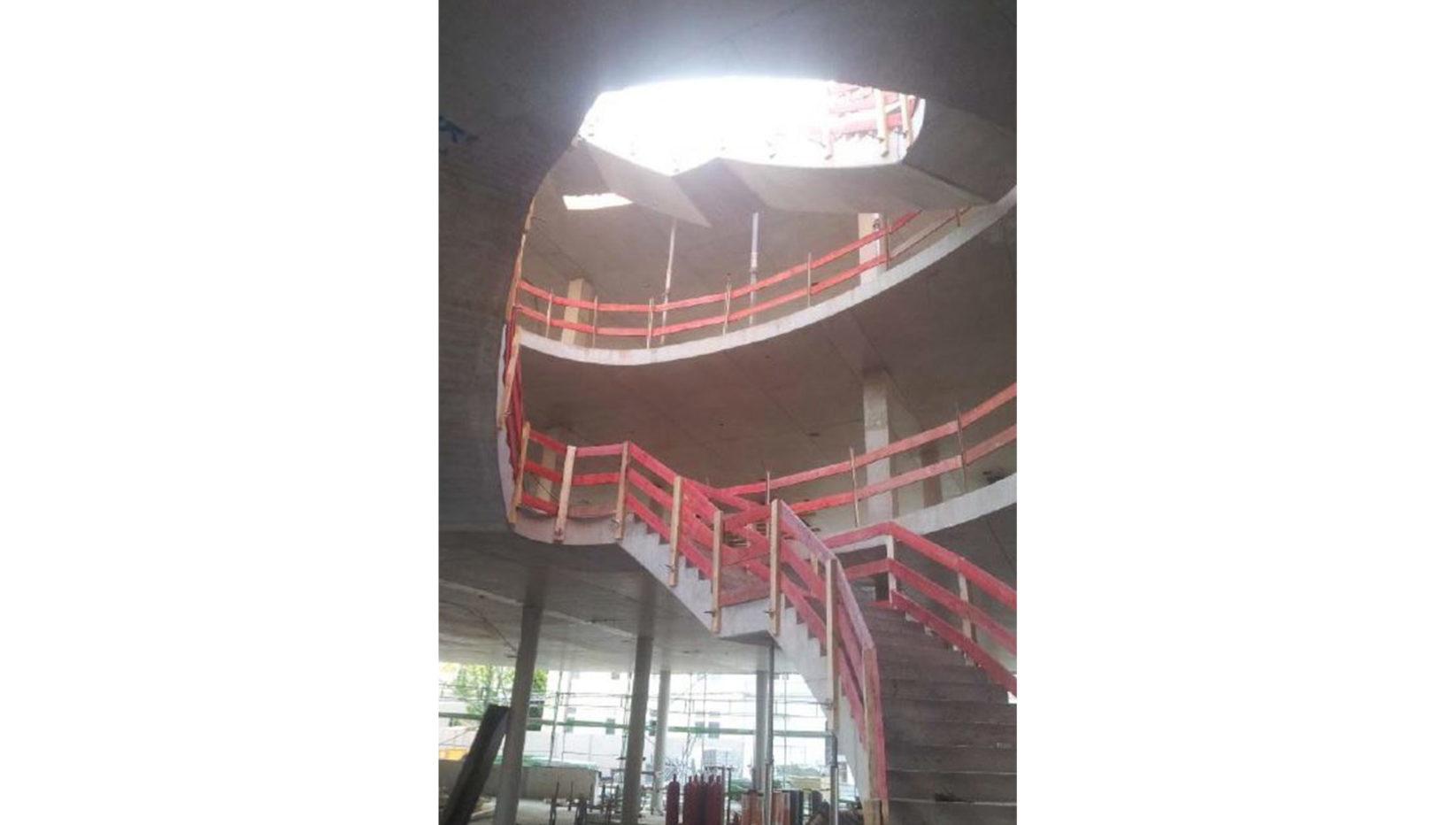 Innenaufnahme des Forschungszentrums mit Blick auf die Haupttreppe während der Rohbauphase durch Brunner + Co.