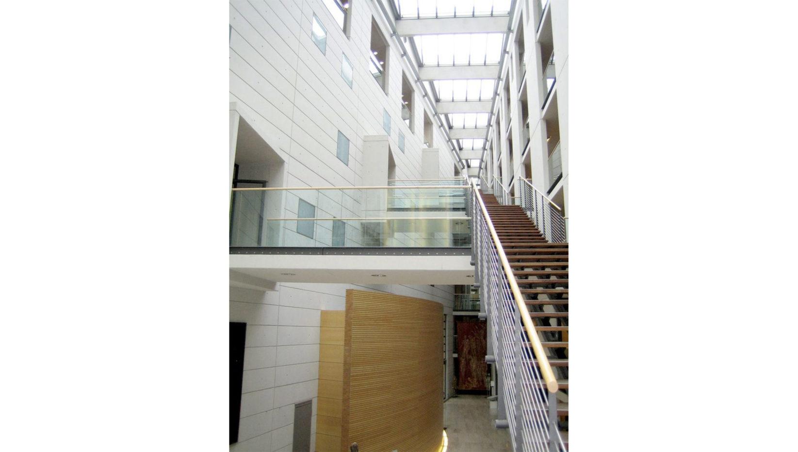 Aufnahme der Eingangshalle des Generalverwaltungsgebäudes der Max-Planck-Gesellschaft in München. Verarbeitung mit Sichtbeton durch die Brunner + Co Baugesellschaft.