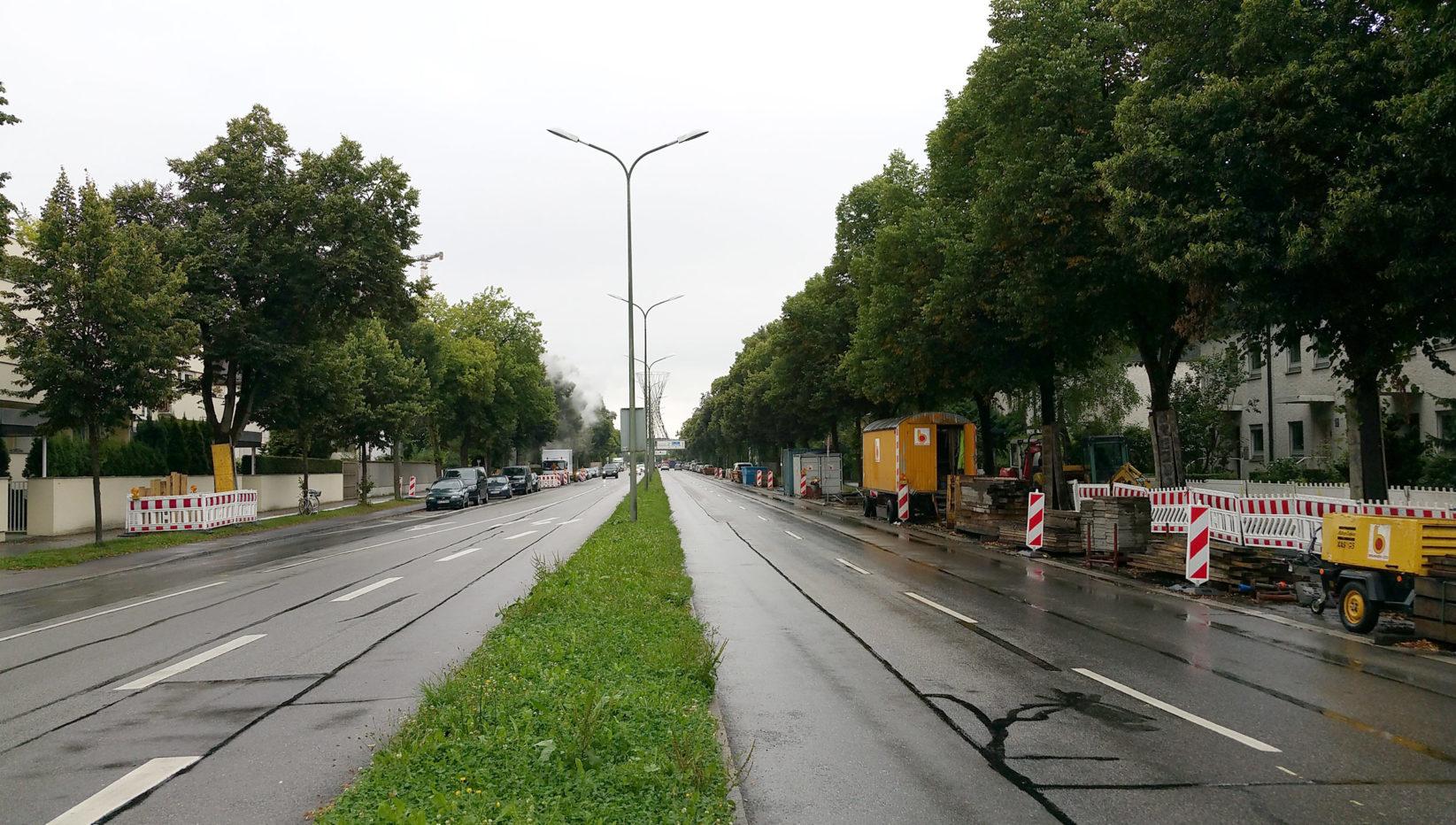 Bild der Inlinesanierung auf der Effnerstraße aufgenommen vom Grünstreifen in der Mitte. Rechts und links sind Baugruben für den Rohrleitungstiefbau zu sehen.