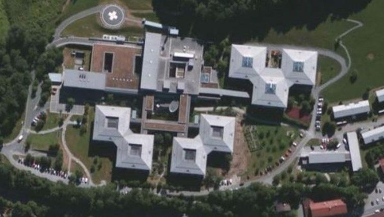 Luftaufnahme der Krankenhausanlage nach Fertigstellung des Kreiskrankenhauses Miesbach in Hausham durch die Brunner + Co Baugesellschaft mbH.