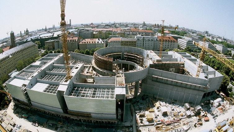 Luftaufnahme der Pinakothek der Moderne in München im fortgeschrittenen Rohbaustadium durch die Brunner + Co Baugesellschaft mbH.