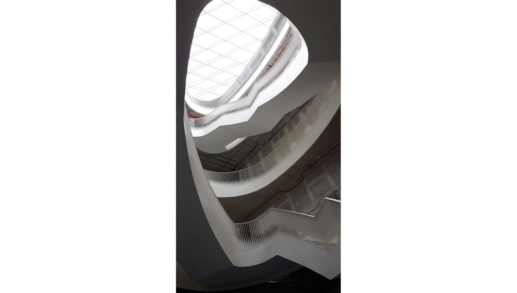 Aufnahme der Haupttreppe im Forschungszentrum TranslaTUM nach Fertigstellung.